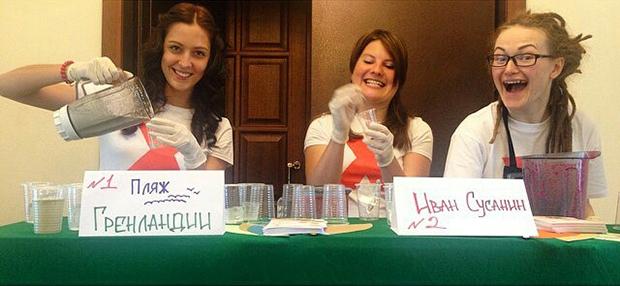 Волонтеры TEDxNovosibirsk делают impossible blend коктейли под руководством Маши Таран