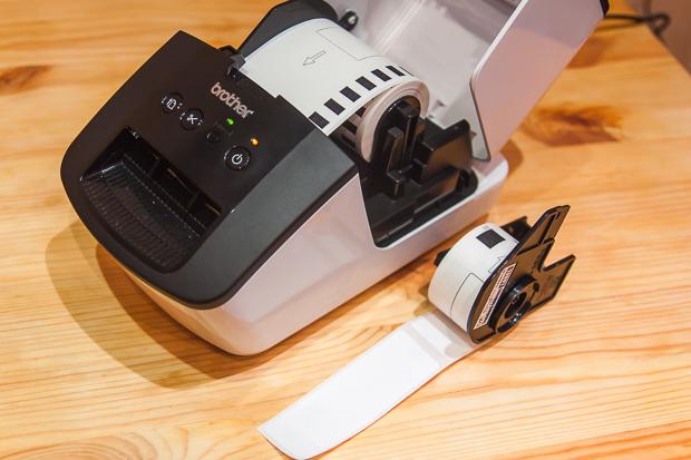 В стандартном комплекте вместе с принтером идут две ленты — цельная (8 метров) и с вырезанными наклейками (100 наклеек размером 29 на 90 мм).