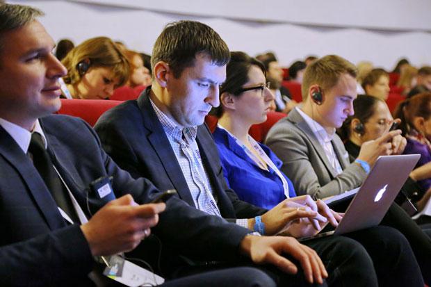 Спикер борется за внимание слушателей, особенно сейчас в эру смартфонов