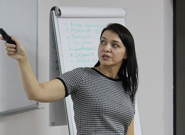 Инна Пушкарская из ClearScale на IT People Meetup #2 в Новосибирске рассказывает о работе с руководителем в контексте развития корпоративной культуры. Фото: Антон Дурнецов